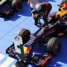 Vettel se sube al RB9 para celebrar la victoria