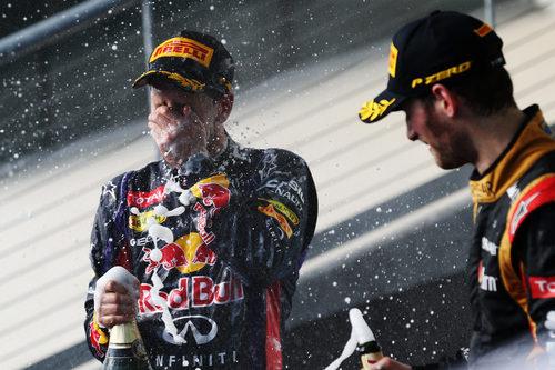 Baño de champán para sebastian Vettel y Romain Grosjean