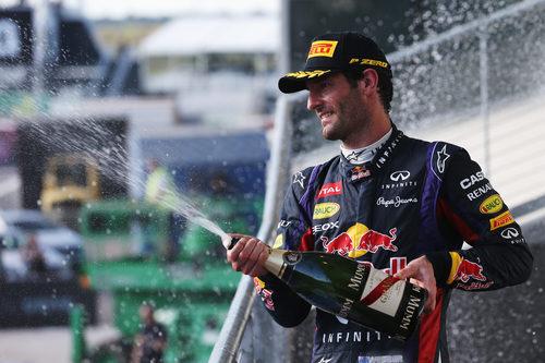 Mark Webber lanza champán en el podio