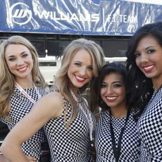 Las azafatas posan junto al cartel de Williams