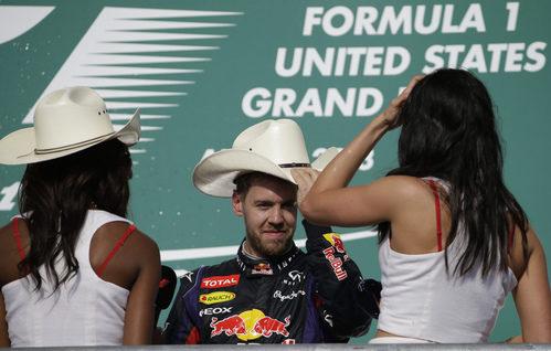 Sebastian Vettel se ajusta el sombrero