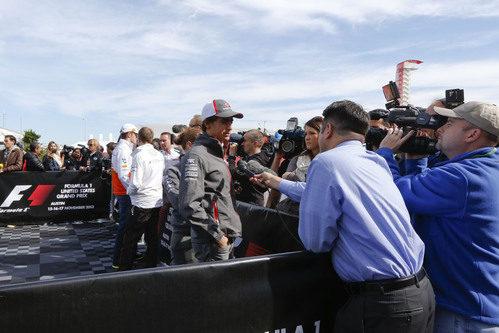 Esteban Gutiérrez atiende a la prensa