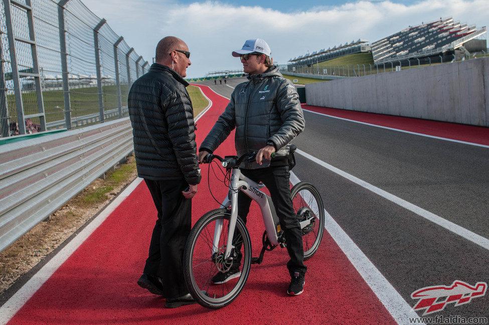 Nico Rosberg al manillar de su bicicleta