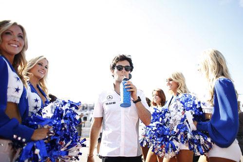 Sergio Pérez rodeado de 'cheerleaders'