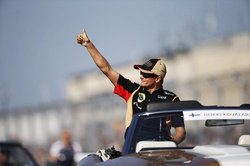 Heikki Kovalainen saluda a los aficionados