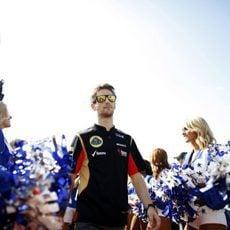 Romain Grosjean pasa entre las animadoras