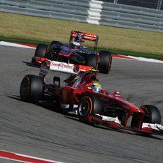 Felipe Massa se defiende de un McLaren