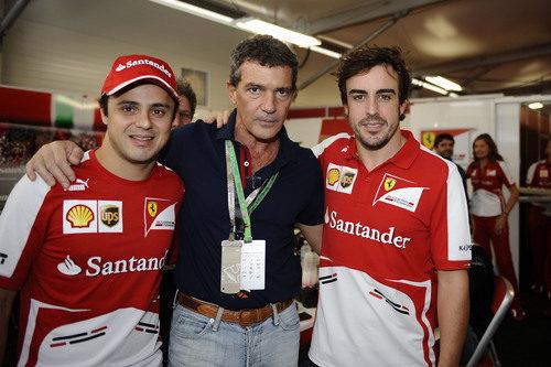 Fernando Alonso y Felipe Massa junto a Antonio Banderas