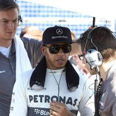 Lewis Hamilton atiende a su equipo