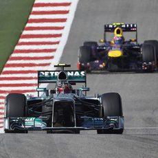 Hamilton rueda por delante de Webber