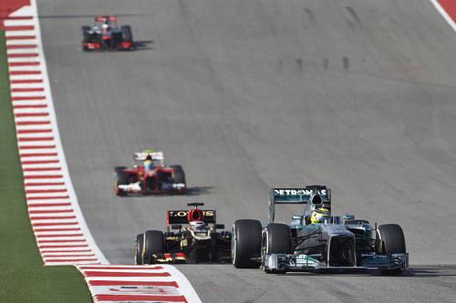 Nico Rosberg se defiende del E21 de Kovalainen