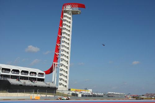 Un Force India bajo la torre del circiuto de Austin