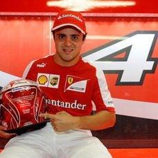 Felipe Massa posa con su casco para el GP de Brasil