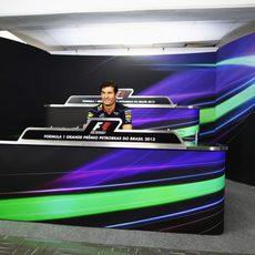 Mark Webber se queda sólo en la sala de prensa
