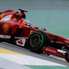 Alonso exprime el neumático intermedio