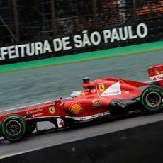 Fernando Alonso controla por el trazado de Interlagos