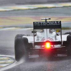 La trasera del Mercedes de Rosberg en un Interlagos mojado