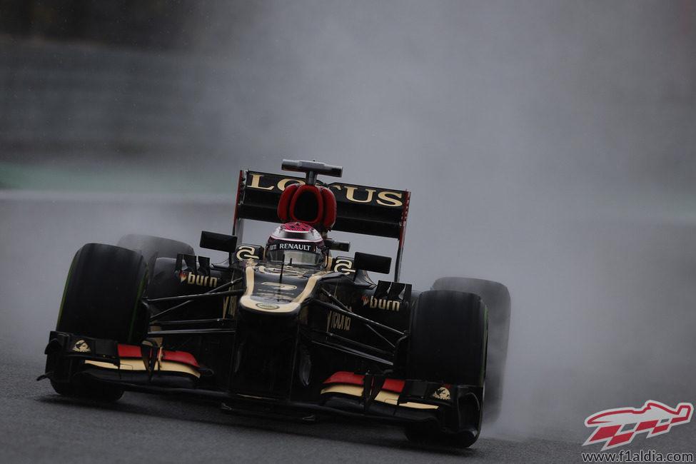 Heikki Kovalainen deja un espray en la pista
