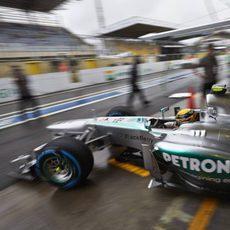 Lewis Hamilton sale de boxes con los neumáticos de lluvia extrema