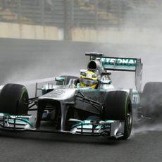 Plano cercano del Mercedes de Nico Rosberg en la entrada a boxes