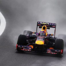 Gran espray de agua en el coche de Mark Webber
