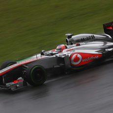 Jenson Button avanza en la mojada pista de Interlagos