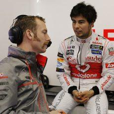 Sergio Pérez habla con uno de los mecánicos