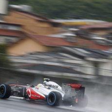 Sergio Pérez vuela sobre el asfalto mojado
