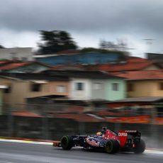 Jean-Eric Vergne rueda con los intermedios sobre el circuito de Interlagos