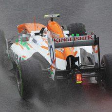 Adrian Sutil rueda bajo la lluvia
