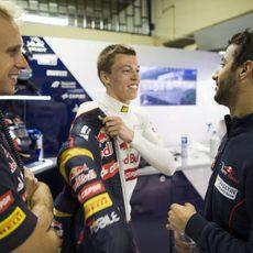 Daniil Kvyat charla con Daniel Ricciardo y un ingeniero