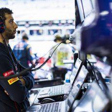 Daniel Ricciardo observa desde el muro lo que hacen sus compañeros