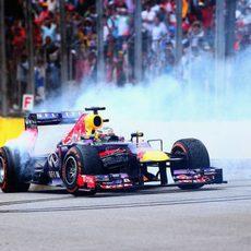 Sebastian Vettel se marca unos donuts tras la carrera