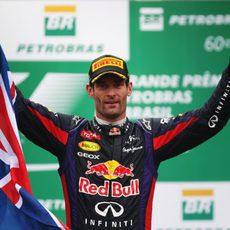 Mark Webber, con la bandera australiana en el podio