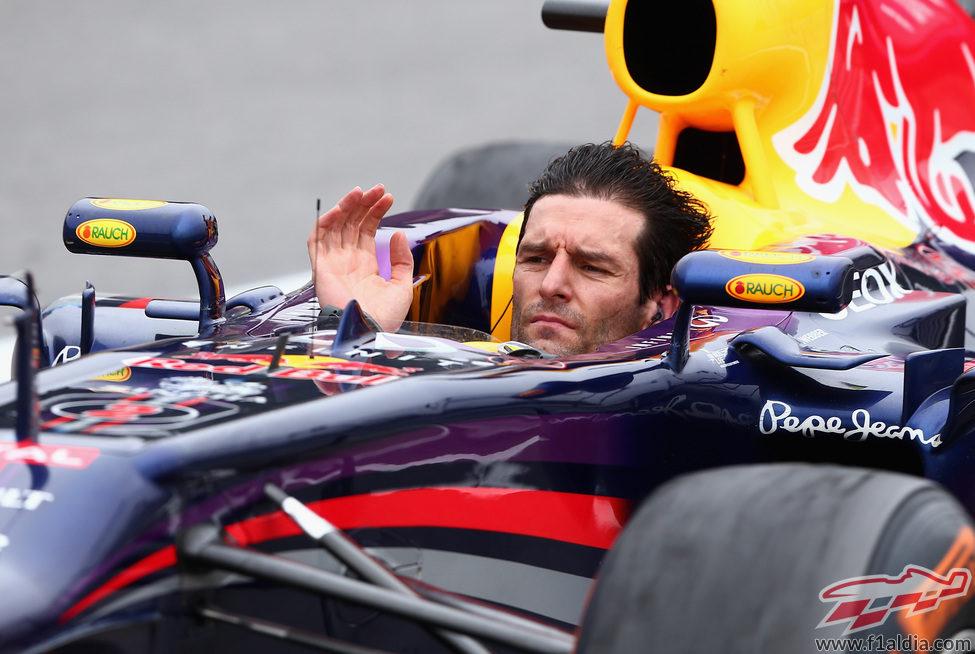 Mark Webber se quitó el casco tras cruzar la meta