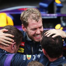 Sebastian Vettel celebra su triunfo con el equipo