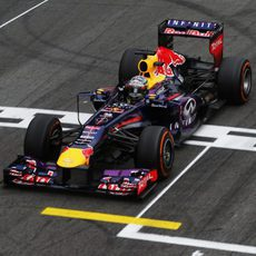 Sebastian Vettel cruza la meta en Interlagos