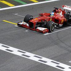 Fernando Alonso llega a la meta en Brasil