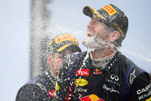 Chorro de champán para Mark Webber