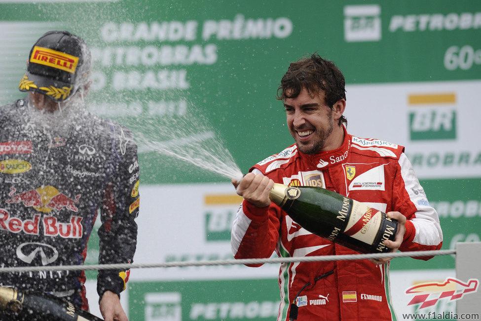 Fernando Alonso moja a Mark Webber en el podio