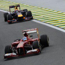 Fernando Alonso avanza en la pista