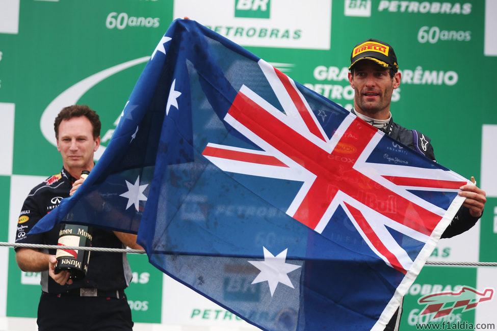 Mark Webber y Christian Horner sostienen la bandera australiana