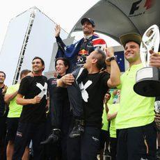 Varios miembros de Red Bull aúpan a Mark Webber