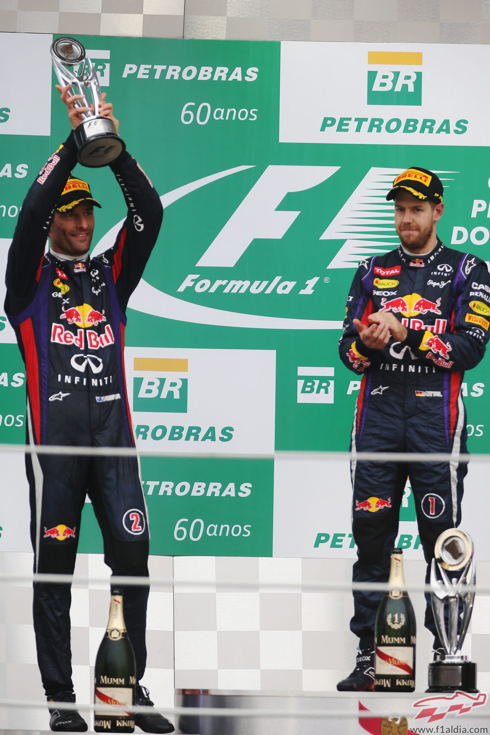 Sebastian Vettel aplaude a Mark Webber en Brasil