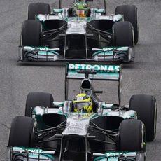 Nico Robserg y Lewis Hamilton ruedan en Brasil