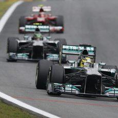 Nico Rosberg avanza por delante de su compañero