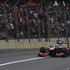 Jenson Button se acerca a la entrada de boxes