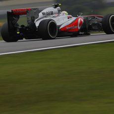 Sergio Pérez avanza en la pista de Interlagos