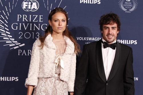 Dasha Kapustina junto a Fernando Alonso en Paris