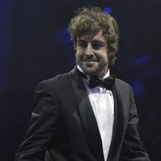 Fernando Alonso sonríe al salir al estrado
